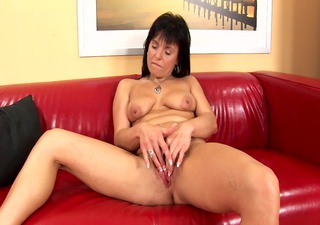 mature linette plays with her fake penis